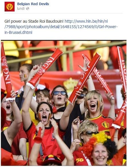 Supportrices des Diables Rouges dans la tribune qui crient